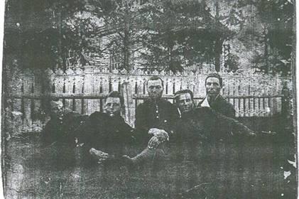 На фоне Малокрасноярской церкви, 1932 г.