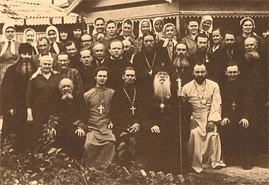 Успенская церковь. Митрополит Варфоломей (Городцев) с духовенством и мирянами.