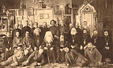 Новосибирская епархия. Митрополит Никифор (Асташевский; †1937) и архиепископ Сергий (Васильков; †1937) с духовенством и мирянами. Фото 1937 года.