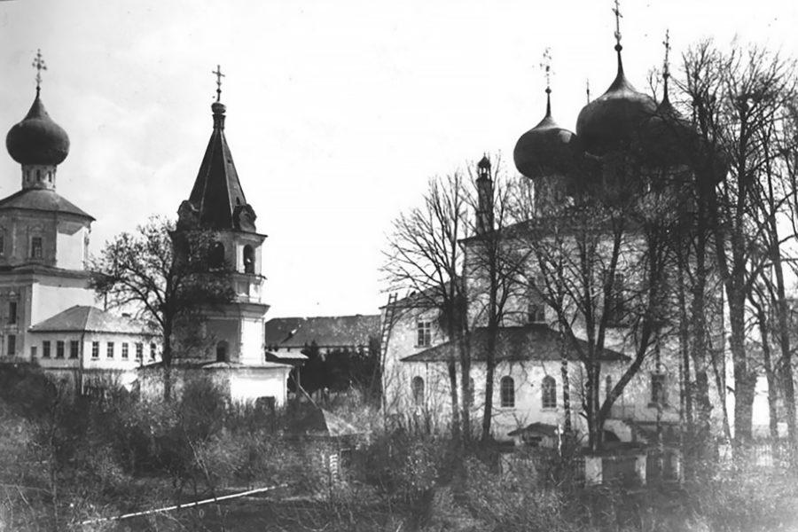Успенский собор (справа) в 1900 году. Слева - Алексеевская церковь и соборная колокольня. За ними - настоятельский корпус.