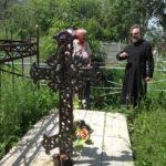 Могила священника Василия Нигровского. Был похоронен возле храма, после закрытия храма перезахоронен на местном кладбище благочестивыми прихожанами. В 2012 году могила была приведена в порядок возрождённой местной православной общиной. Установлена памятная доска.