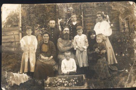 Священник Василий Никодимов со своей семьей в Кольчугино. 1917 год