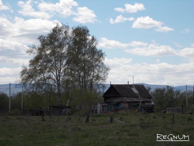 Разрушающийся деревенский дом