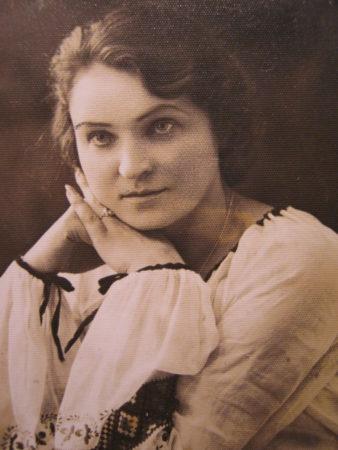 Любовь Васильевна Гоголушко, дочь о.Василия, певчая архиерейского хора г.Гродно, 1938г.