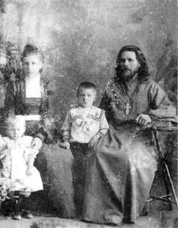 Священник Александр Васильев с семьей. Фото из личного архива автора.