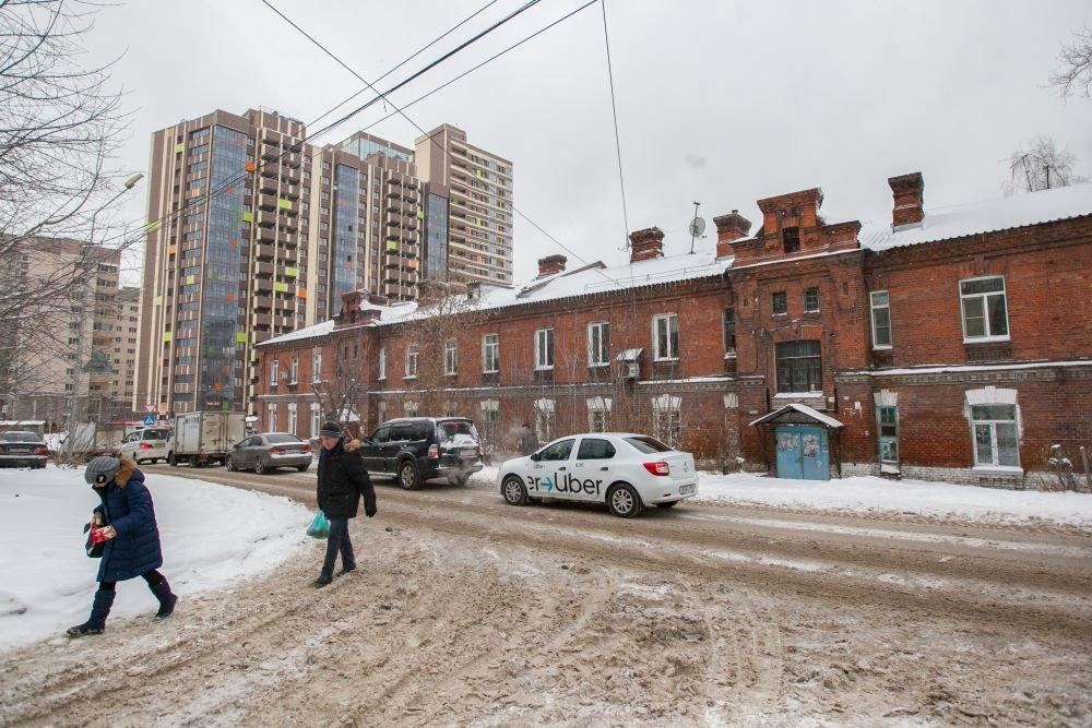 Бывшие купеческие особняки на Тополевой теснят безликие многоэтажки. Фото: Татьяна Кравченко