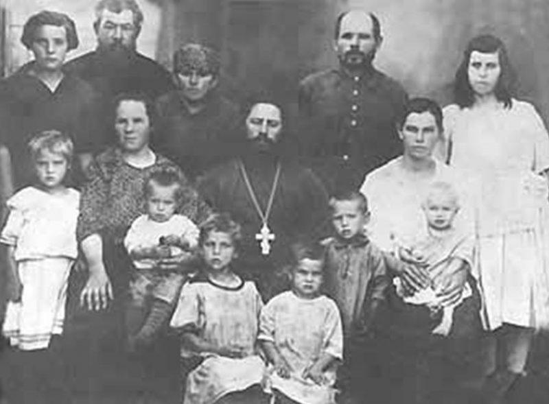 Священник Михаил Пятаев и его супруга Евфросиния Фроловна (слева от него), их дети (1-й ряд слева направо): Александра, Николай, Елизавета, Мария,Иван, Анна (крайняя слева во 2 м ряду) и прихожане.Село Малокрасноярка. 1927 г.