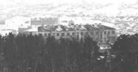 На церкви крестов нет, колокольни нет. На заднем плане военный городок и храм. http://nsk-kraeved.ru/viewtopic.php?id=132#p3007