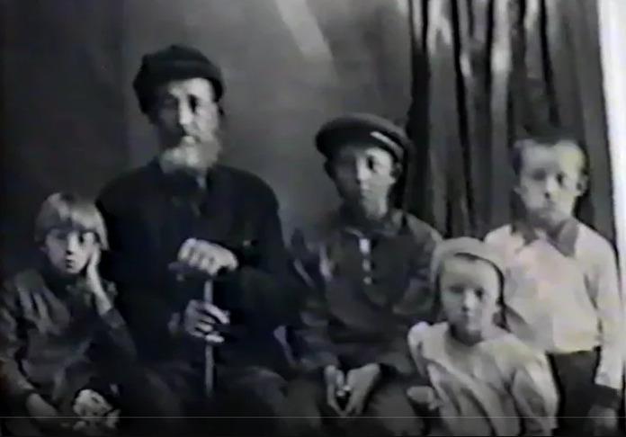 Пётр надеется, что у кого-то в семейном архиве сохранилась старая фотография, на которой изображеныАрсений Ефремович, его старший сын Юрий, средний — Василий, младший — Александр и дочь Полина